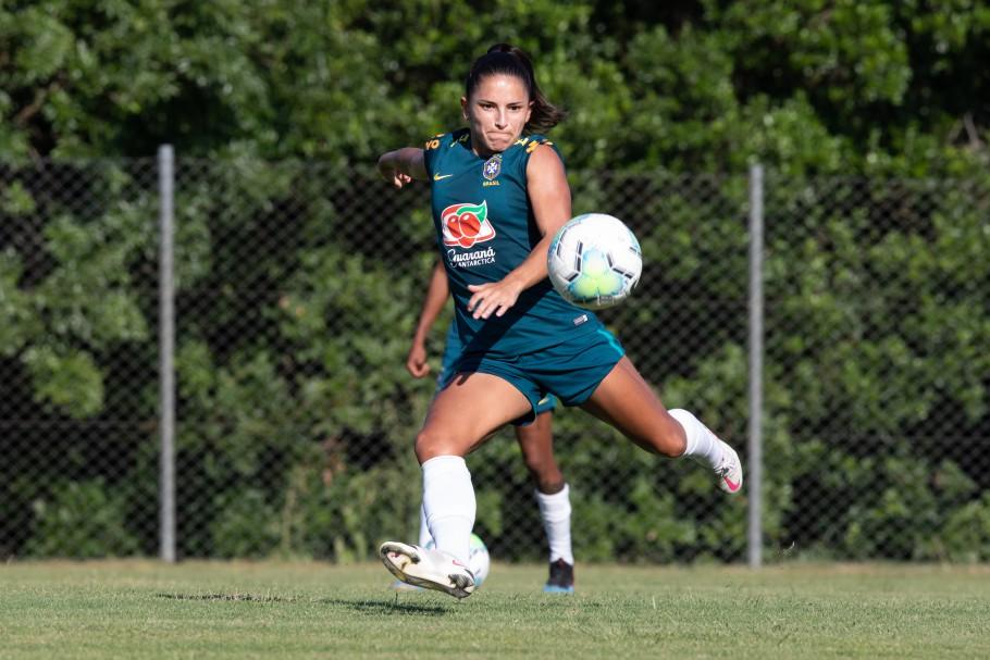 Debinha (ao centro) durante treino da Seleção Brasileira, em Viamão, em janeiro de 2021 | Foto: Laura Zago / CBF