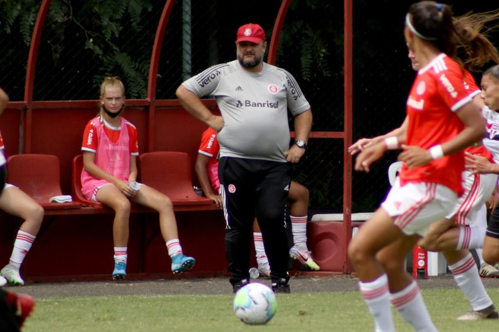 """EXCLUSIVO: """"Vamos preparar o time para vencer nos 90 minutos e nos pênaltis também"""", diz Fabio Sanhudo, técnico do time feminino Sub-18 do Inter - Olimpia Sports"""