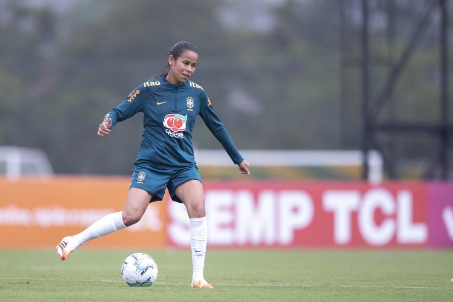 Vic Albuquerque em ação com a Seleção Feminina Principal durante sessão de treinamentos. Créditos: Thais Magalhães/CBF