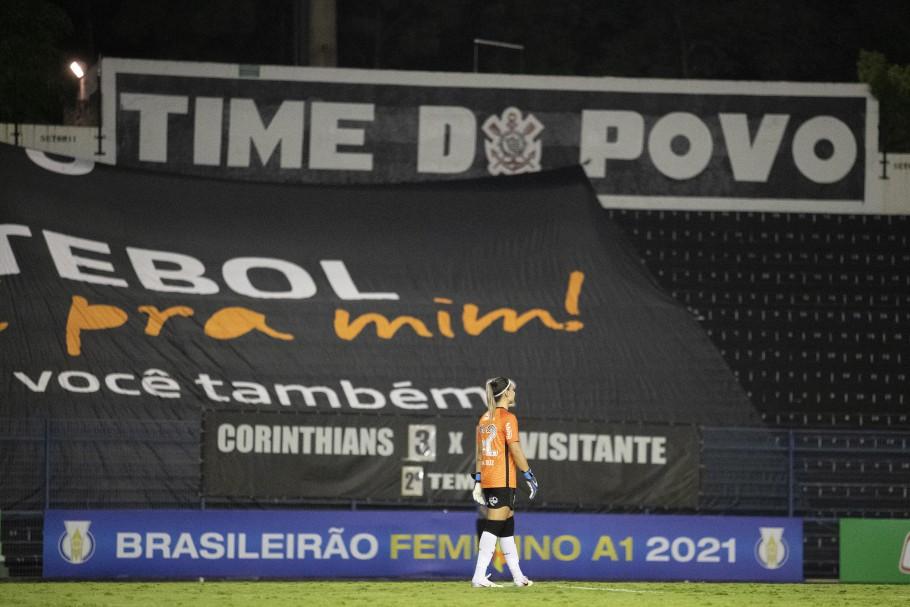 Atacante Giovana Crivellari assumiu a meta corinthiana, após goleira Tainá deixar o campo lesionada  Créditos: Thaís Magalhães/CBF