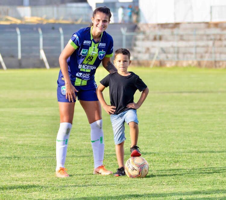 Dia das Mães: Isadora, volante do Minas Brasília e mãe do Miguel Créditos: Arquivo Pessoal