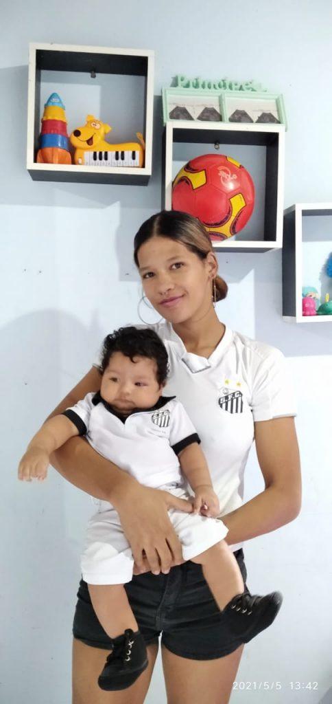 Camila com o pequeno Théo em seu colo Créditos: Arquivo Pessoal