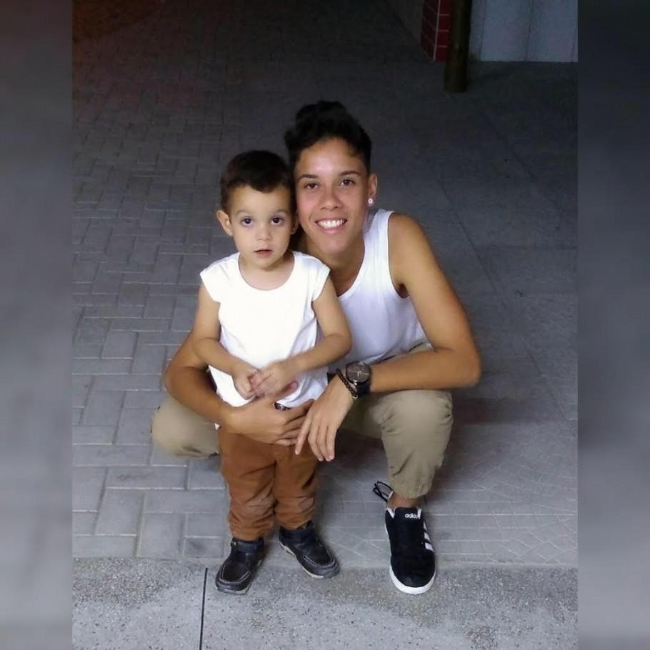 Théo, de cinco anos, abraçado com a mamãe artilheira, que hoje defende as cores do Real Brasília na elite do futebol brasileiro Créditos: Arquivo Pessoal