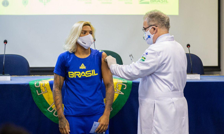 Ana Marcela Cunha foi a 1ª atleta a ser vacinada, no Rio de Janeiro.   Foto: Mirian Jeske / COB / Divulgação