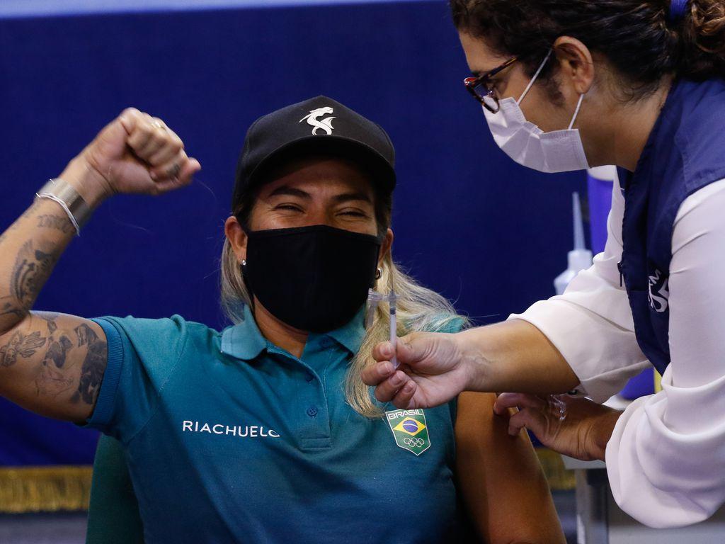Vacinação da atleta olímpica Silvana Lima, do surfe, esporte pela primeira vez será disputado nos jogos de Tóquio, no Japão.   Foto: Fernando Frazão/Agência Brasil