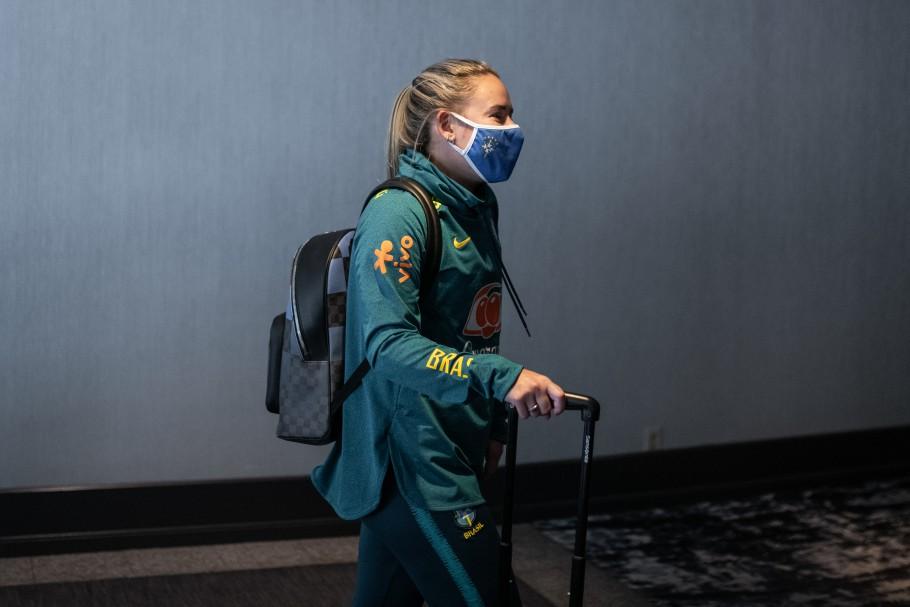 Andressinha durante chegada da Seleção Feminina em Portland  Créditos: Sam Robles/CBF