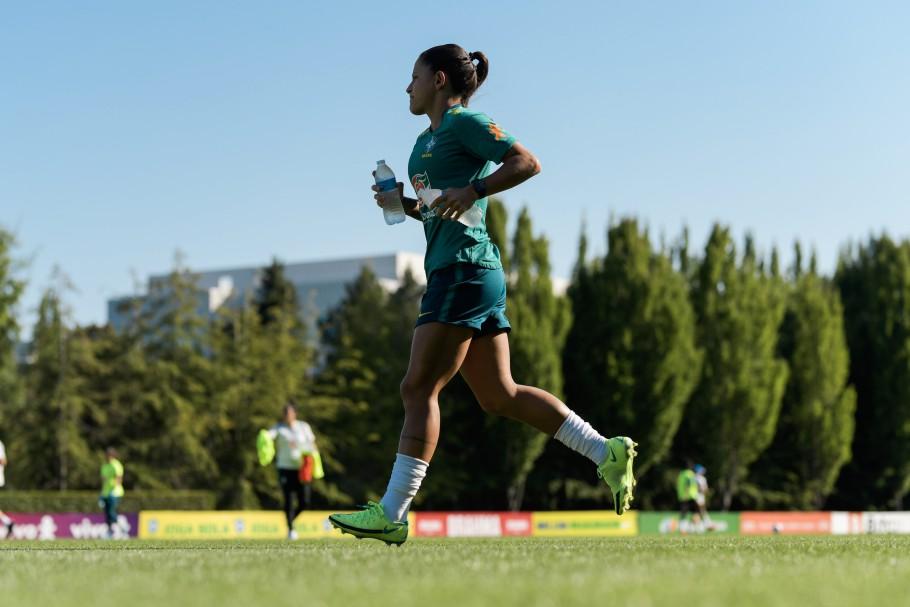 Debinha corre durante treino da Seleção Feminina Créditos: Sam Robles/CBF