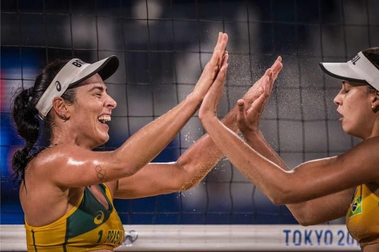 Ágatha e Duda venceram o Canadá por 2 a 0 nesta quinta-feira. Foto: FIVB
