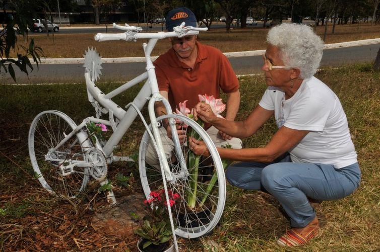 Persio e Beth Davison, junto à bicicleta que lembra o filho Pedro, no local do acidente - Foto Marcello Júnior/Agência Brasil