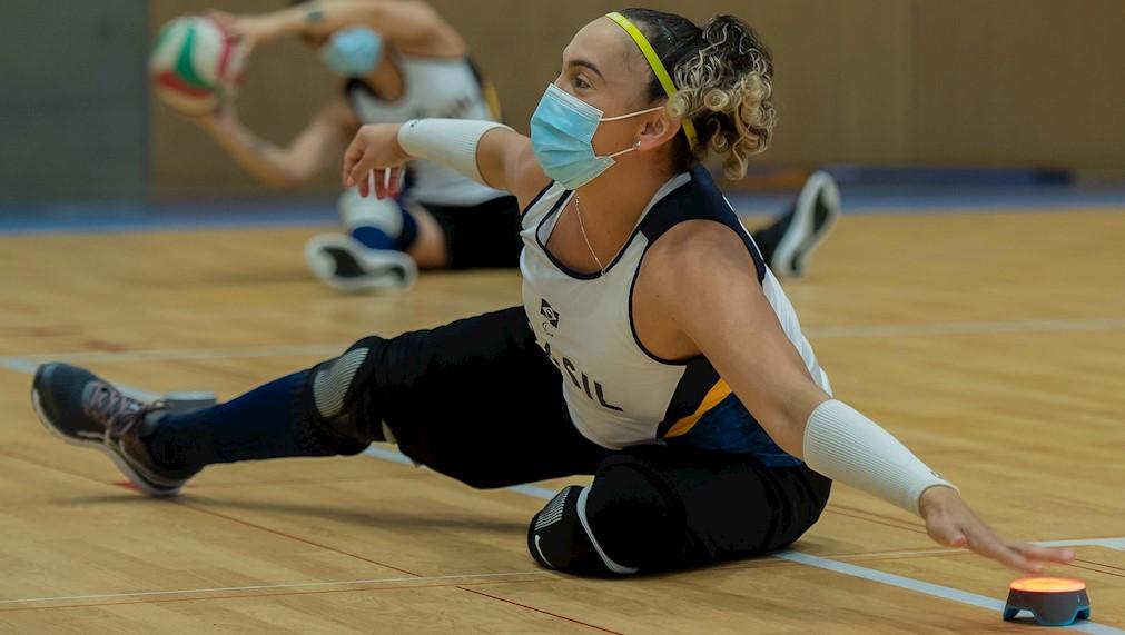 A atleta Pamela Pereira, da classe VS1, toca led durante treino cognitivo em Hamamatsu do vôlei sentado feminino   Foto: Fabio Chey/CPB