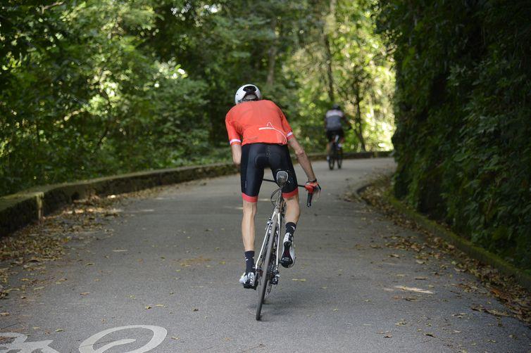 Ciclistas pedalam nas Paineiras, próximo ao Cristo Redentor, após a liberação das vias que estavam fechadas por deslizamentos de terra.