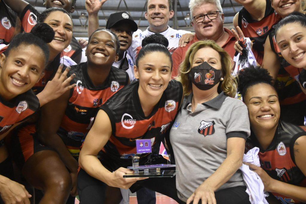 Alana celebra o troféu de MVP das Finais (Sávio James/LBF)