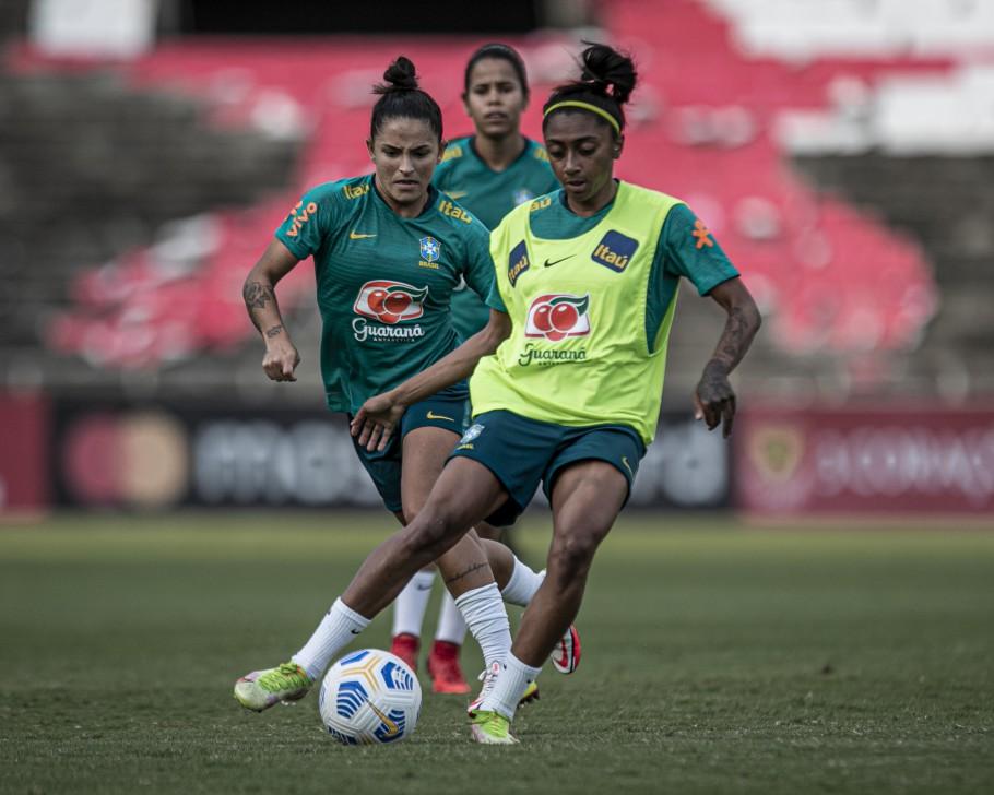 Victoria Albuquerque e Duda durante treino da Seleção Feminina Créditos: Talita Gouvêa/CBF