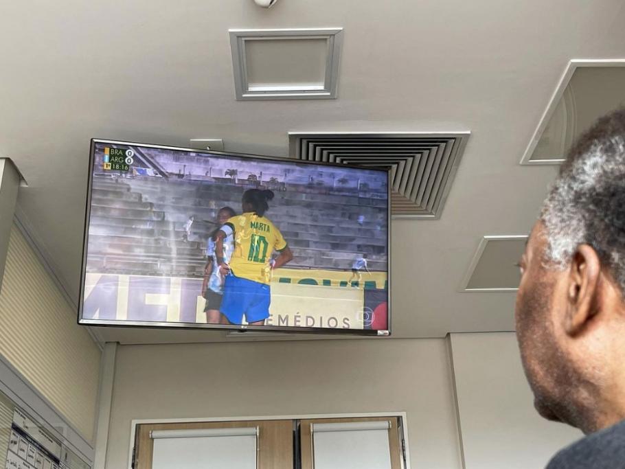 Do hospital, Pelé acompanha Brasil x Argentina Créditos: Reprodução/Instagram