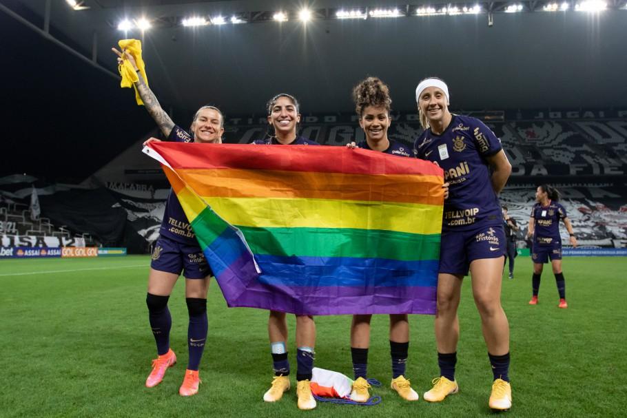 Corinthians LGBTQIA+ Final Brasileirão Feminino Katiuscia posou para fotos com a bandeira. Em uma delas, esteve ao lado de Cacau, Ingryd e Pardal | Créditos: Staff Images Woman/CBF