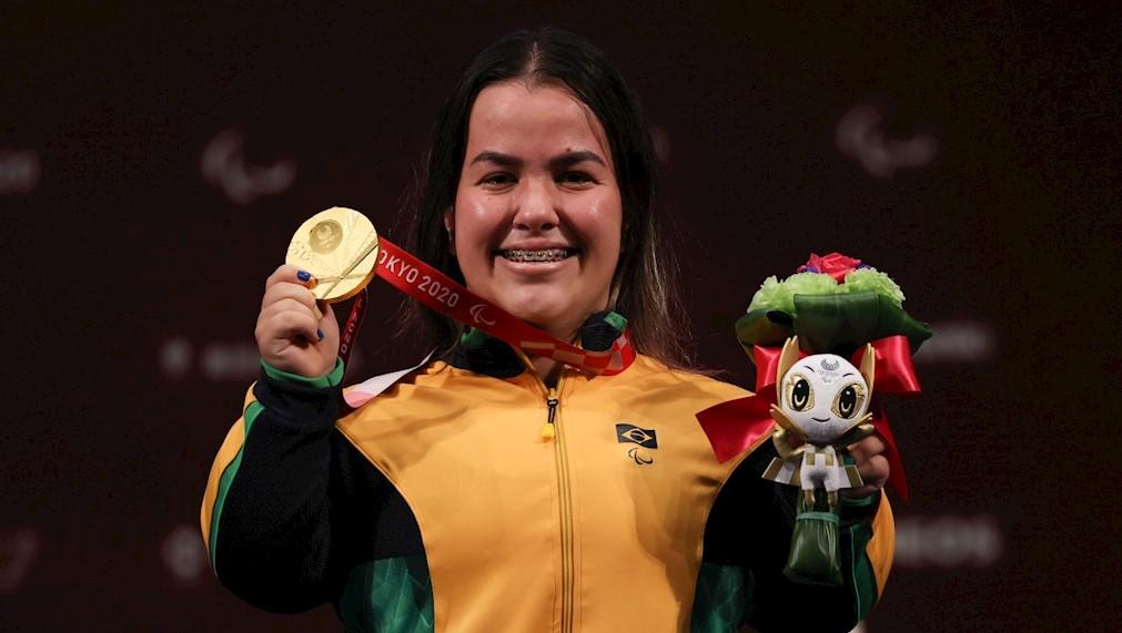 Mariana D'Andrea fez história e mostra a sua medalha dourada conquistada nos Jogos Paralímpicos de Tóquio/Foto: Takuma Matsushita/CPB