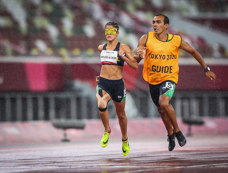 THALITA SIMPLÍCIO na prova dos 200m T11 no Estádio Olímpico nos Jogos Paralímpicos de Tóquio. Foto: Matsui Mikihito/CPB.