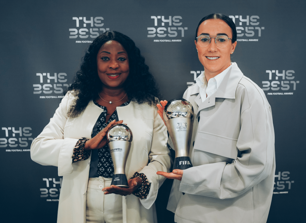 Lucy-Bronze-receives-The-Best-FIFA-Award-and-the-FIFA-FIFPro-Women-s-World-XI-Award | Foto: FIFA